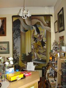 Ирина Агалакова — «Музицирование». Штора на окно по мотивам японских гравюр. Роспись по натуралному шёлку. Размер — 2,5 X 1,8 м.
